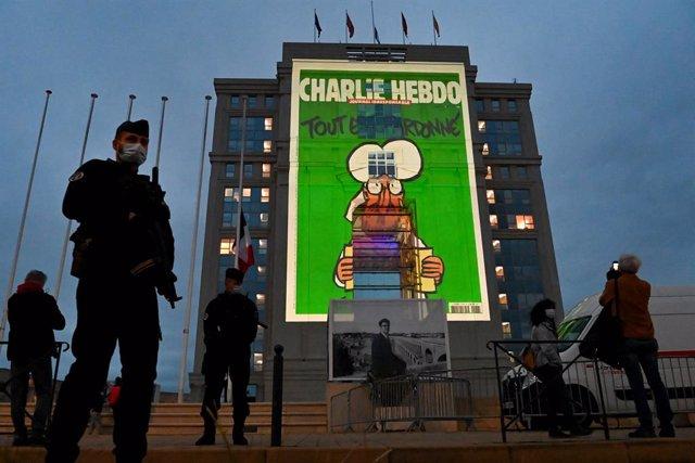 Caricatures de 'Charlie Hebdo' projectades a la façana d'un hotel a Montpeller