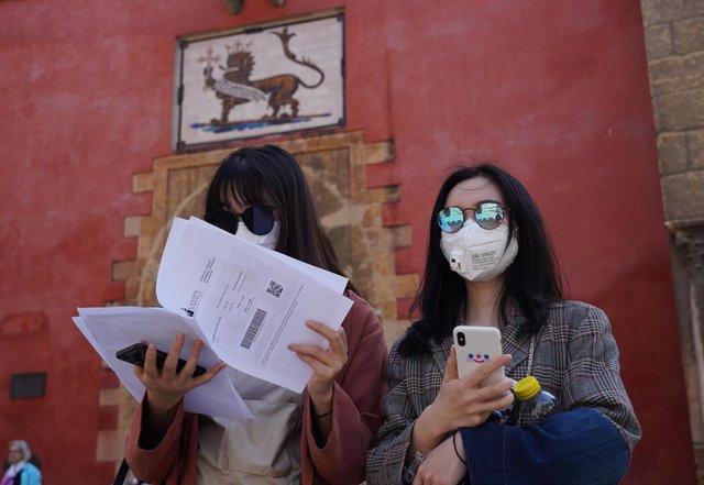 Turistas, en la puerta del Alcázar de Sevilla