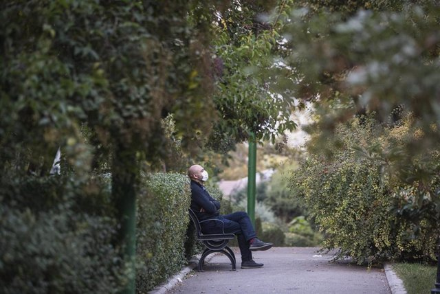 Un hombre con mascarilla en un parque de Teherán