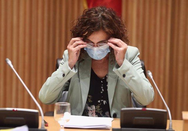 (I-D) La ministra de Hacienda y Función Pública, María Jesús Montero
