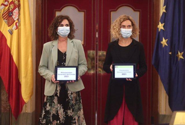 La ministra d'Hisenda i Funció Pública, María Jesús Montero i la presidenta del Congrés, Meritxell Batet, durant el lliurament del projecte de pressupostos generals de l'Estat 2021, al Congrés dels Diputats. Madrid (Espanya), 28 d'octubre del 2020.