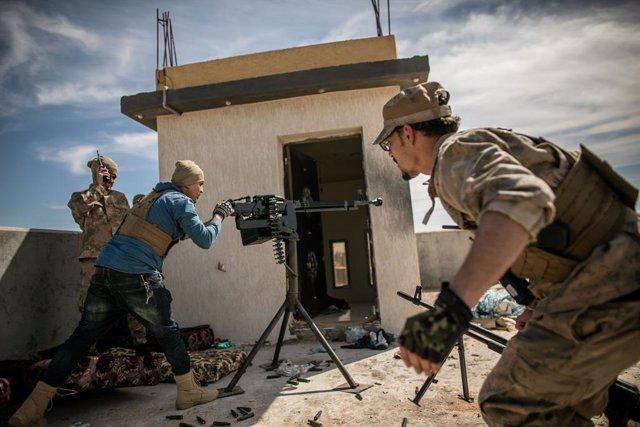 Combatientes leales al Gobierno de unidad de Libia, con sede en la capital, Tríp