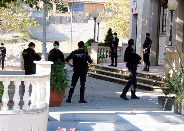 Pla mitjà de la Guàrdia Civil a l'exterior de l'Ajuntament de Cabrera de Mar el 28-10-20 (horitzontal).