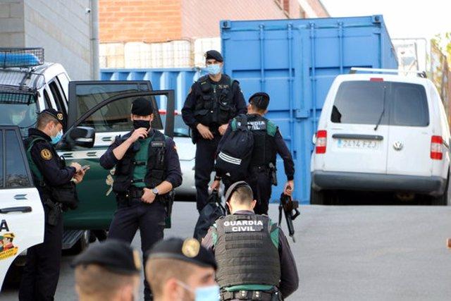 Pla general de guàrdies civils a les portes d'Events. Imatge del 28 d'octubre del 2020. (Horitzontal)