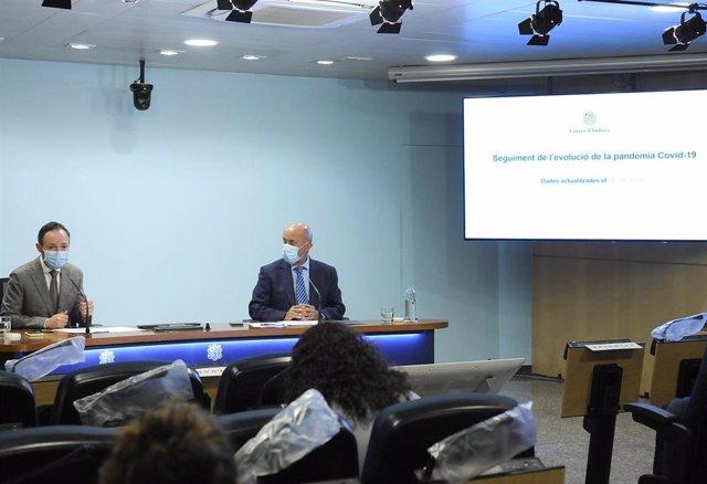 El jefe de Gobierno, Xavier Espot, y el ministro de Salud, Joan Martínez Benazet, en la rueda de prensa de presentación de las nuevas medidas contra el Covid-19