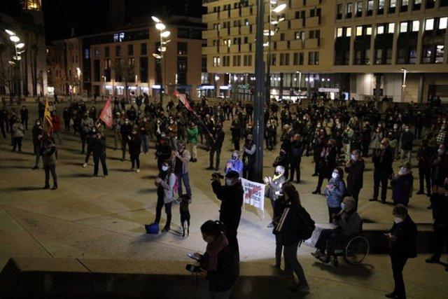 Pla general de la concentració a la plaça U d'octubre de Girona contra l'operatiu de la Guàrdia Civil, el 28 d'octubre del 2020 (horitzontal)