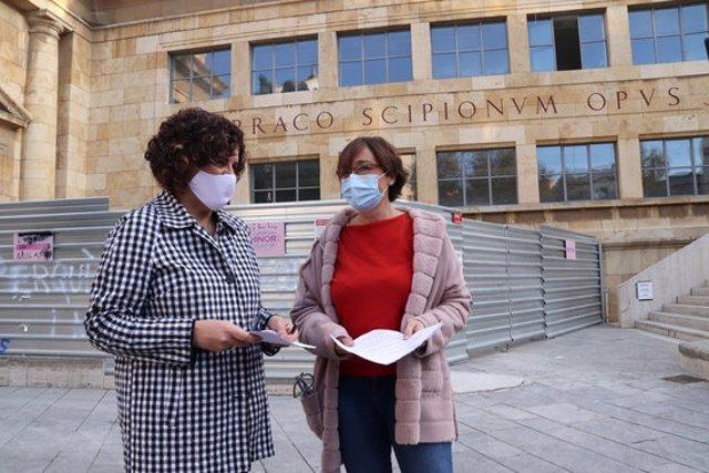 Pla americà de la diputada del PSC al Parlament, Rosa Maria Ibarra; i de la consellera del PSC a l'Ajuntament de Tarragona, Begoña Floria; davant del MNAT de Tarragona. Foto del 28 d'octubre del 2020 (Horitzontal).