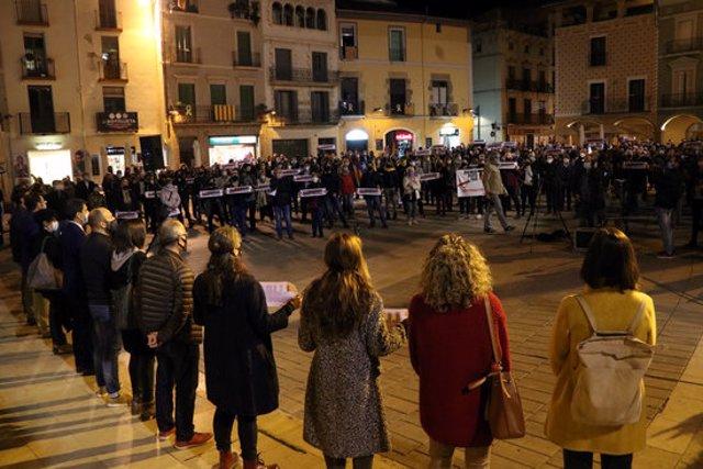 Pla general de la concentració a la plaça de l'Ajuntament d'Igualada. Imatge del 28 d'octubre del 2020. (Horitzontal)