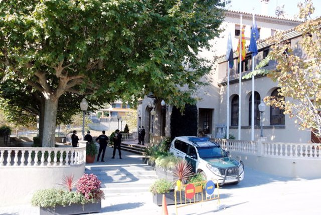 Pla general de la Guàrdia Civil a l'exterior de l'Ajuntament de Cabrera de Mar el 28-10-20 (horitzontal).