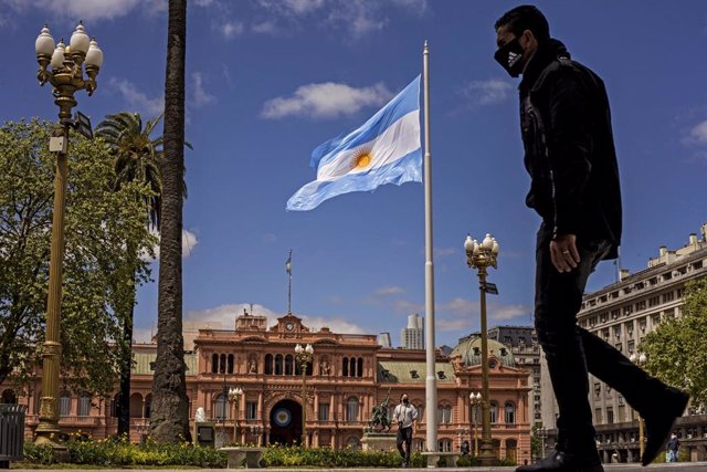 Un hombre paseando frente a la Casa Rosada en plena pandemia de la COVID-19 en Buenos Aires, Argentina.