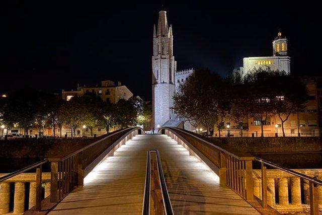 El pont que mena al Cul de la Lleona de Girona, buit. Foto publicada el 29 d'octubre del 2020 (horitzontal)