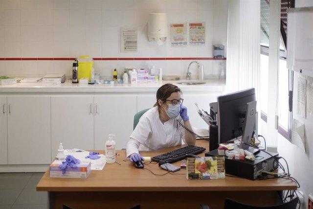 La doctora, Cinta Hernández, informa por teléfono de un positivo a un paciente que fue a realizarse un test, en un consultorio médico local ubicado en Torrejón de Velasco, en plena pandemia del Covid-19, donde los servicios de primera necesidad continúan