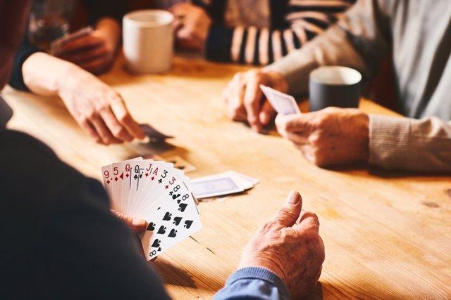 Personas mayores jugando a las cartas.