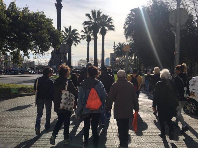 Una iniciativa promueve caminatas en el Raval de Barcelona para fomentar la salud y la relación entre vecinos
