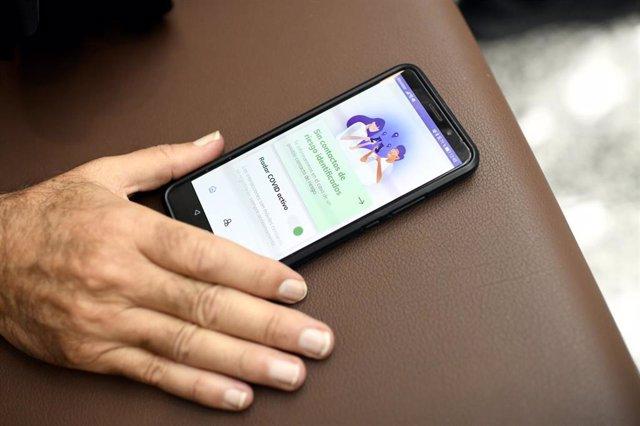 Una persona utiliza desde su teléfono móvil la aplicación 'Radar Covid', en Madrid (España) a 8 de octubre de 2020.