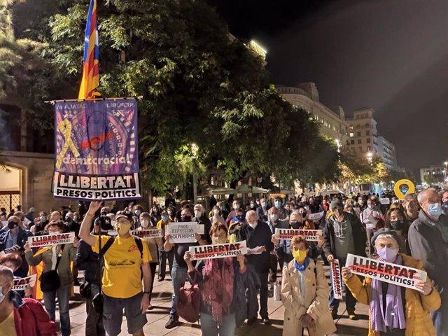 Concentració a la plaça de la Catedral de Barcelona contra l'operació policial de la Guàrdia Civil por un presumpte desviament de fons públics al procés independentista.