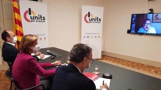 De izquierda a derecha, Oriol Molins, presidente del Consell Nacional de Units para Avançar, Helena Isábal, presidenta del Consejo de Units, y Julio Molinario, secretario del CN. En la pantalla, Ramon Espadaler, secretario general de Units.