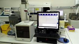 Pla general d'una sanitària treballant en els nous sistemes de detecció de la covid-19 que s'han posant en funcionament a la Clínica Terres de l'Ebre de Tortosa. Imatge del 29 d'cotubre del 2020 (vertical)