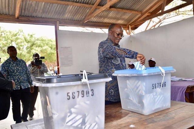 El presidente de Tanzania, John Magufuli, vota en las presidenciales