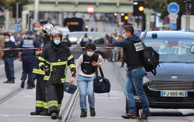 29 October 2020, France, Nice: French forensics officers arrive at the scene of a knife attack in Nice. At least one person has been killed and several others injured in a knife attack at a church, a French police source told dpa on Thursday. Photo: Valer