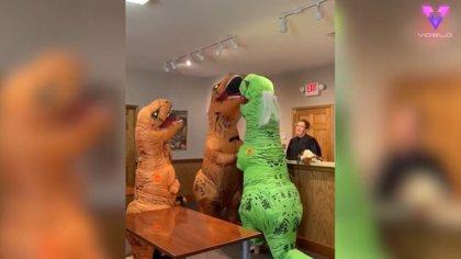 Esta pareja se casa disfrazada de dinosaurios