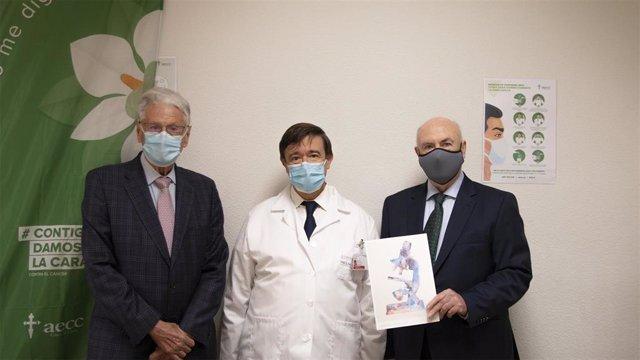 El Dr. Cervantes, entre Antonio Llombart y Tomás Trenor, vicepresidente y presidente de la AECC-Valencia, respectivamente.