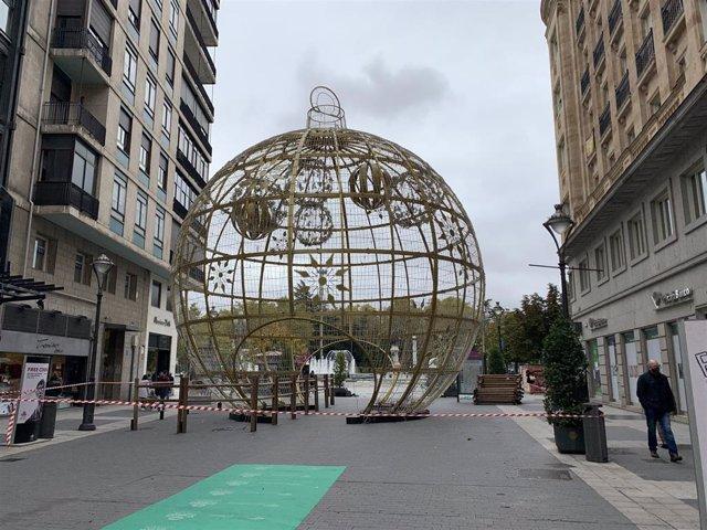 Instalación de la gran bola de Navidad en la calle Santiago de Valladolid.