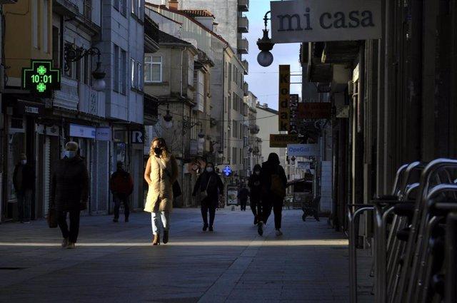 Transeúntes en una calle de O Carballiño (Ourense)