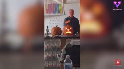 Experimento: Este profesor talla una calabaza de Halloween haciéndola explotar por los aires