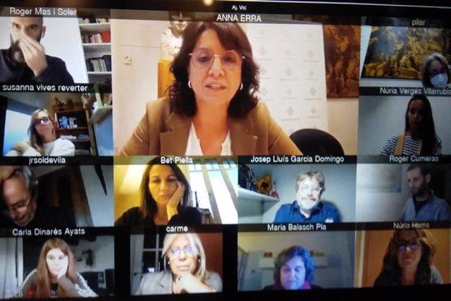Pla general de la pantalla de la sessió telemàtica del ple d'aquest 28 d'octubre a Vic. (horitzontal)