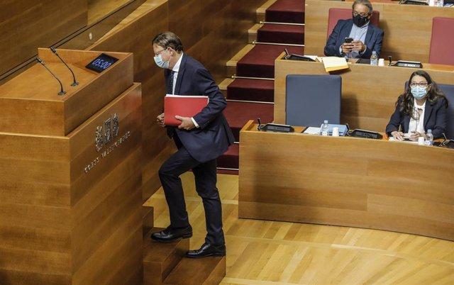 El presidente de la Generalitat, Ximo Puig, se dirige a intervenir en Les Corts en el debate del estado de la comunidad