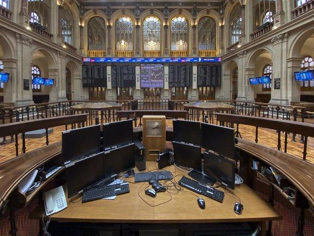 Ordenadores en el interior del Palacio de la Bolsa de Madrid (España)