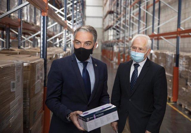 El consejero de la Presidencia, Administración Pública e Interior, Elías Bendodo (i), junto al director general de gestión economica del SAS, José Antonio Miranda (d), este jueves en Sevilla