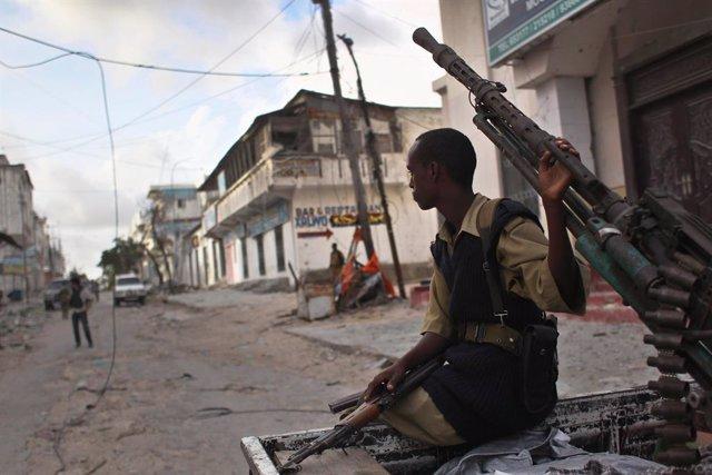 Un miliciano progubernamental en la capital de Somalia, Mogadiscio