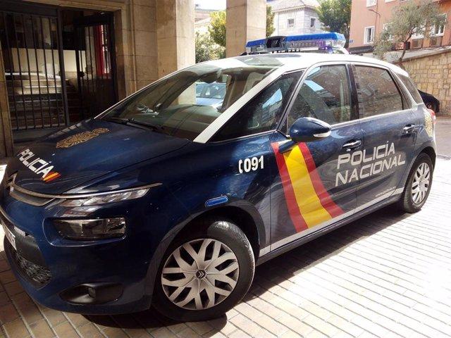 Imagen de archivo de un coche del CNP junto a la Comisaría de Jaén.