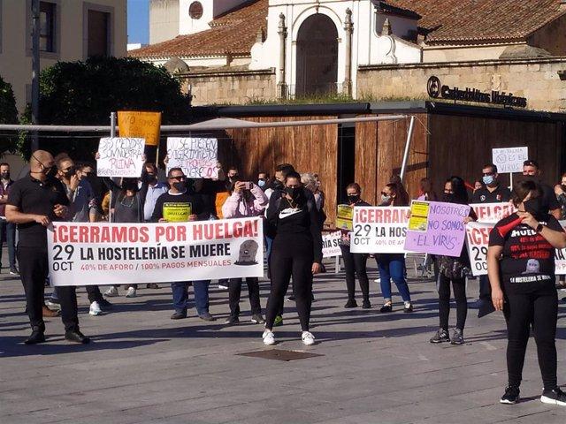 Hosteleros de Mérida se concentran para reclamar apoyo para poder continuar con su actividad.