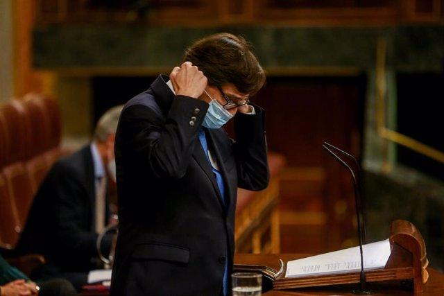 El ministro de Sanidad, Salvador Illa, se quita la mascarilla para intervenir durante una sesión plenaria en la que el Gobierno solicita al Congreso la prórroga del estado de alarma debido al Covid-19, en Madrid, (España), a 29 de octubre.