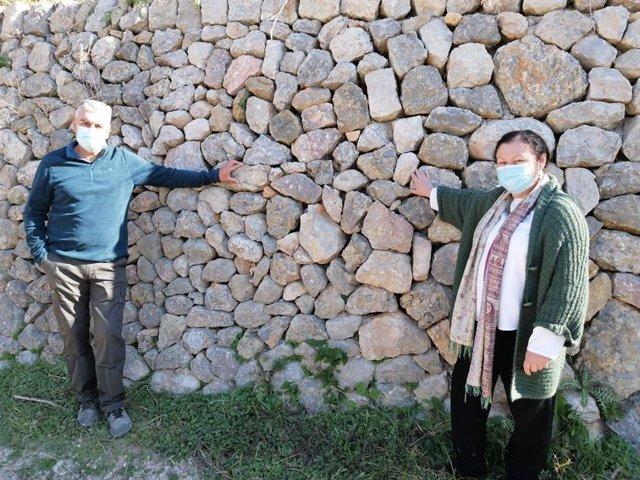El agricultor Sebastià Castell y la consellera Mae de la Concha, junto a uno de
