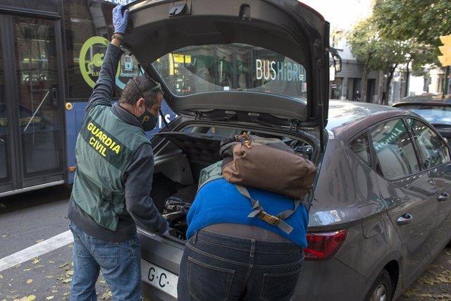 Agents de la Guàrdia Civil en l'operatiu contra el presumpte desviament de fons públics en el qual es va practicar una trentena de detencions.