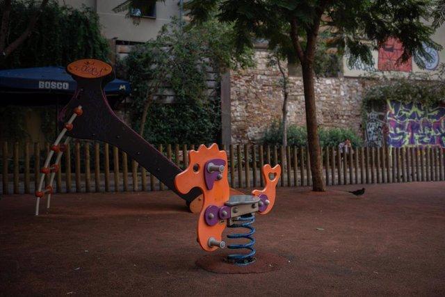 Parque infantil vacío durante el tercer día de la entrada en vigor de las nuevas restricciones en Cataluña, en Barcelona, Cataluña (España) a 19 de octubre de 2020.