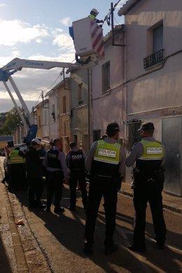 Agents de la Guàrdia Urbana de Figueres, dels Mossos i tècnics d'Endesa durant l'operatiu d'aquest dimecres, en una imatge cedida el 29 d'octubre del 2020. (Vertical)