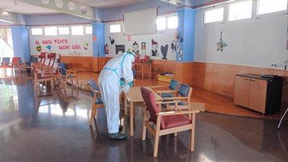 Efectivos de la UME desinfectan las instalaciones de la residencia municipal de Barbastro