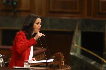 Arrimadas acusa al Gobierno de dejar la gestión de la pandemia a las CCAA para no desgastar la imagen de Sánchez