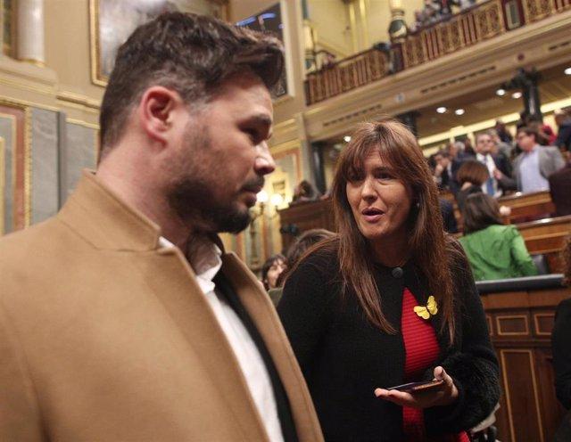 El diputado de Esquerra Republicana per Catalunya (ERC) en el Congreso Gabriel Rufián habla con la portavoz de Junts per Catalunya (JxCat), Laura Borràs.