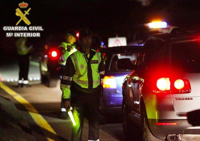 La Guardia Civil intercepta a un conductor que circulaba de forma errática por la AP-9 en Barro y cuadriplicó la tasa de alcohol.