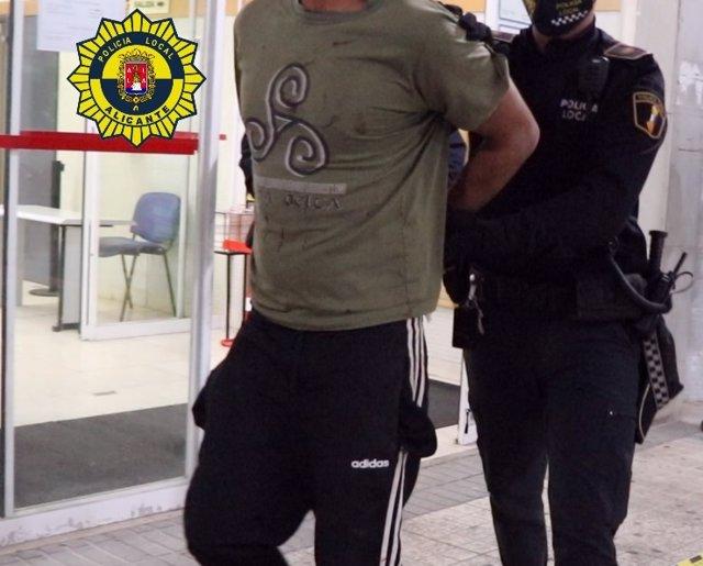 La Policia Local Deté A Una Persona Acusada D'Un Robatori Amb Violència D'Un Mòbil A Alacant