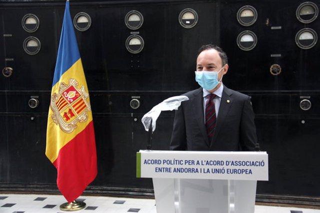 Pla mitjà del cap de govern d'Andorra, Xavier Espot, parlant de la signatura d'un pacte sobre la negociació de l'acord d'associació amb la UE amb la resta de grups parlamentaris del país, el 26 d'octubre de 2020 (Horitzontal).