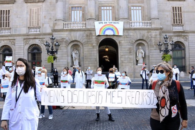 """Participants a la concentració de CCOO i Marea Blanca a la plaça de Sant Jaume per reclamar una sanitat pública de qualitat """"més enllà de la pandèmia"""", en una convocatòria europea dels sindicats de serveis públics. 29 d'octubre del 2020. (Horitzontal)"""