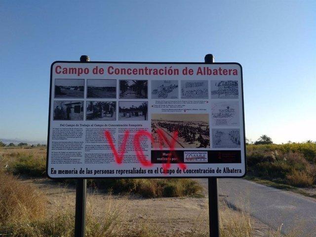 La consellera de Calidad Democrática condena la pintada en el panel informativo instalado en el campo de concentración de Albatera, en San Isidro