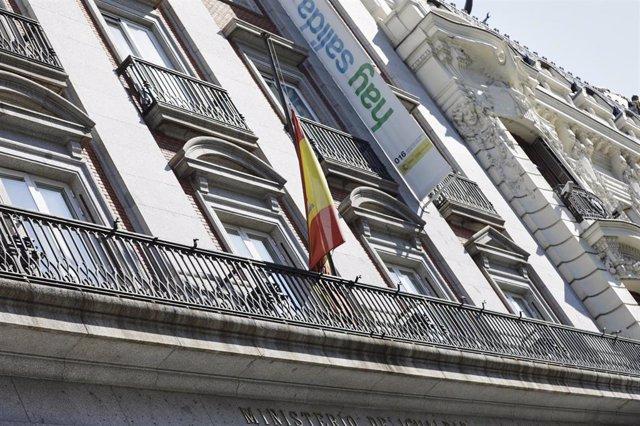 Bandera de España a media asta en el Ministerio de Igualdad. Todas las banderas de los edificios públicos y de los buques de la armada ondearán a media asta en recuerdo a las víctimas del coronavirus. España ha entrado este miércoles en el periodo de luto